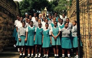 Im Schuljahr 2017 übernimmt die Stiftung die Schul- und Unterhaltskosten für 30 Schülerinnen an der Sacred Heart Secondary School.